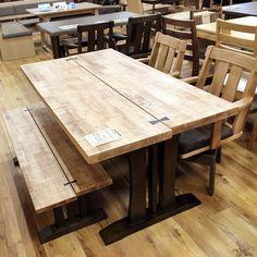 . こんばんは小倉店です。 . 小倉店の売れ筋ランキングに常に上位に入っているダイニングテーブルです。 . 天板をずらして、黒のビョウのワンポイトがとてもカッコイイテーブルです。 使い込んでいくと木目に味が出て自分だけのオリジナルテーブルとして長くお使いいただけますよ。 . #テーブル #ダイニングテーブル