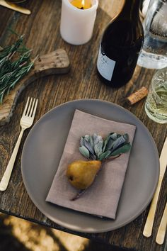 How To Decorate Your Dinner Table Grey Dinner Plates, Grey Plates, Fall Dinner, Dinner Table, Entertainment Table, Thanksgiving Table, Decoration Table, Tablescapes, Table Settings
