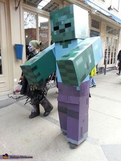 Have a Minecraft lover in your house? Then they will love these DIY Minecraft costume ideas for Halloween! Diy Zombie Kostüm, Zombie Walk, Family Costumes, Diy Costumes, Homemade Costumes, Costume Ideas, Homemade Halloween, Group Costumes, Minecraft Costumes