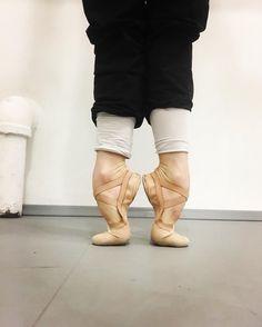 Billy kreeg balletschoenen van zijn lerares. Hij oefende voortdurend met deze schoenen om een draai te maken.