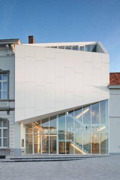 Fachada comercial em chapas metálicas brancas e vidro