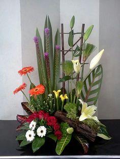 Arreglo floral Tropical Floral Arrangements, Creative Flower Arrangements, Ikebana Flower Arrangement, Church Flower Arrangements, Beautiful Flower Arrangements, Altar Flowers, Church Flowers, Table Flowers, Beautiful Flowers Garden