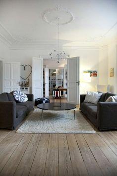 le parquet massif en bois avec tapis blanc