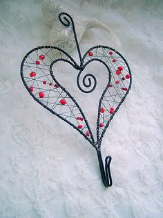 Sydän naulakko Wire Crafts, Beads And Wire, Wire Art, Wire Jewelry, Fig, Craft Projects, Creations, Sculpture, Deco