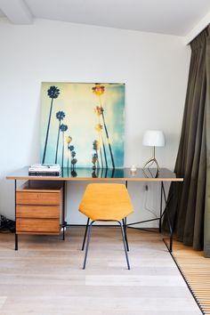 espace bureau travail maison style déco années 30 rétro vintage Office Furniture, Office Desk, Desk Styling, Deco Retro, Work From Home Opportunities, Style Deco, Home Office Design, Decoration, Mid-century Modern