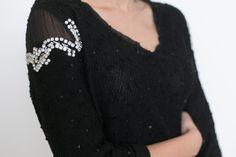 Detalhe bordado pedras e transparências nos ombros no cashmere preto