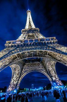 La France, officiellement désignée sous le nom de République française, est un Etat souverain situé en Europe occidentale. Paris, la capitale et la plus grande ville de France, est également l'une des villes les plus populaires et des attractions touristiques en France. Planifiez votre voyage en France avec ces conseils utiles.