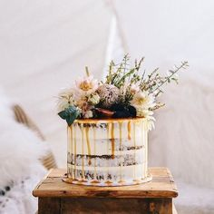 Couldn't resist sharing this stunner by Gold Coast caker @i_heart_cakes_! Gorgeous topper by @tugunfruitandflowers and snapped by @traceymoakesphotography. Thanks for the inspo @thebridesmarket ♡⠀