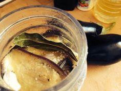 Ingredientes: Berenjenas 6 (medianas) Sal gruesa cantidad necesaria Vinagre 1/4 litro Agua 1/2 litro Aceite de girasol o mezcla 1/4 litro Ajos 3 o 4 dientes Orégano,pimentón, ají molido a gusto Laurel 3 o 4 hojas Pimienta a gusto Aceite cantidad necesaria para cubrir Modo de Preparación Cortar las berenjenas en rodajas de 1/2 centímetro de espesor.Cubrirlas con sal y dejarlas escurrir en un colador durante una