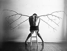 (1)Era el chasquido de sus huesos, de sus alas rotas, la pesadilla. Sobre ella. Pero el despertar no le daba oportunidad de gritar. No tenía labios para formar palabras, pero a veces, en ese momento antes de que regresara la consciencia, recordaba el idioma. Mas nadie lo escucharía. Nadie, ni siquiera las ventanas. (cont.)