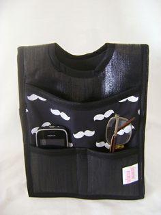 Lixeira dupla para colocar no câmbio do carro. Feita em tecido dublado e plástico, tem 2 bolsos pequenos e 2 grandes. R$ 39,00