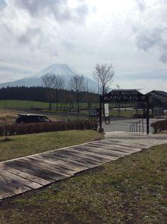 おはようございます!  今朝は雲が多く富士山が隠れてましたが やっと姿を見せてくれました!    いつもよりはっきり姿は見えてませんが 雲が晴れたらもう少しはっきり見えるかも しれませんね。   こちらに起こ... 詳しくは http://asagiri-kogen.com/73417/?p=5&fwType=pin