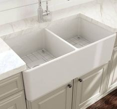 Find the top-rated double apron-front farmhouse sty. Find the top-rated double apron-front farmhouse style sinks for your kitchen. Double Farmhouse Sink, Cast Iron Farmhouse Sink, Fireclay Farmhouse Sink, Farmhouse Sink Kitchen, White Kitchen Sink, Kitchen Sink Design, White Sink, White Apron Sink, Apron Sink Kitchen