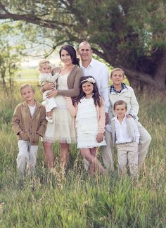 What to Wear in Family Pictures by COLOR-Brown! 100+ ideas! Capturing-Joy.com #photography #photos #portraits