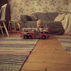 Pieni mies,  iso auto.