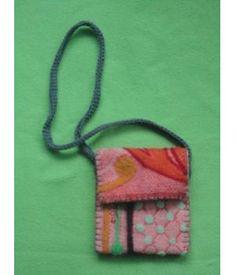 Kleurig tasje gemaakt van een wollen deken. De tas is met flanel gevoerd, de kleurige figuren zijn er op gevilt. De tas is met grijs katoen in elkaar genaaid en de hengsel van grijs katoen is Tunisch gehaakt.