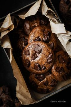 Healthy Chocolate Superfood - Fact Or Fiction? Chocolate Chip Cookies, Chocolates, Cookie Recipes, Dessert Recipes, Dessert Packaging, Cookies Et Biscuits, Food Cravings, Chocolate Recipes, Chocolate Chocolate