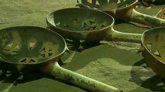 Humo Aromático para los Dioses, Sahumadores. Como en muchas otras culturas al rededor del mundo, la práctica de purificar con humo aromático a personas, objetos y recintos era un rito común entre los Mexicas.