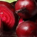 It is not only delicious, but the beetroot is storage of healthy nutrient as well. Take a couple of slices of beetroot with some olive oil and garlic and your immune system will be able to fight against all harmful microorganisms. Beetroot Benefits, Growing Vegetables Indoors, Healthy Life, Healthy Eating, Healthy Food, Happy Healthy, Danette May, Beet Recipes, Red Beets