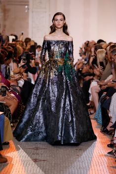 Welcome to the world of ELIE SAAB: discover the latest Haute Couture and Ready to Wear Collections, Accessories, Shows, Celebrities, Backstage and more. Style Haute Couture, Haute Couture Dresses, Couture Fashion, Runway Fashion, Elie Saab Couture, Stunning Dresses, Beautiful Gowns, Vestidos Valentino, Fashion Week
