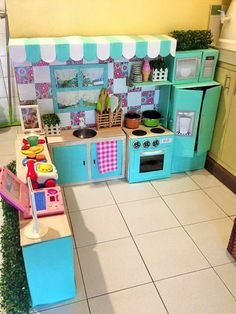 Your jaw will drop when you see this mom's DIY cardboard play kitchen. Cardboard Kitchen, Cardboard Play, Cardboard Crafts, Cardboard Boxes, Diy Play Kitchen, Mini Kitchen, Toy Kitchen, Incredible Toy, Carton Diy