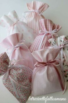 Saquitos Lavender Bags, Lavender Sachets, Hobbies And Crafts, Crafts To Make, Baby Hamper, Girl Christening, Crafts Beautiful, Homemade Crafts, Baby Shower Favors