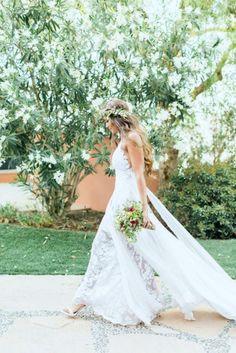 Une longue robe de mariée en dentelle