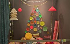 ~Super gave kerstboom-muur d.m.v. gekleurde kanten kleedjes van mymobilhome~