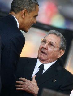 El presidente norteamericano Barack Obama saluda al presidente cubano, Raúl Castro.