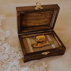 Caja para anillos o arras   Letrerosparaboda Vestidos, Wooden Signs, Wooden Crates, Ring Boxes, Rings, Weddings, Boyfriends