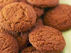 Speculaaskoekjes Easter Cookies, Cupcake Cookies, Dutch Recipes, Sweet Recipes, Dutch Desserts, Speculoos Cookies, Easter Biscuits, Good Foods To Eat, Biscuit Recipe