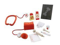 Un kit che proprio non ha nulla da invidiare alla valigetta di un vero dottore! Una siringa, lo stetoscopio, l'apparecchio per misurare la pressione alla nonna, le medicine e un termometro per ogni evenienza.