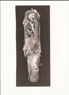 Restos humanos momificados (fondos del Museo Canario). Fotografía del libro La Tribu de los Canarii, de José Juan Jiménez.