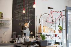 In Breda ligt de Sint #Annastraat, die zich op dit ogenblik ontwikkelt als een trendy straat met sfeervolle, karakteristieke oude huizen en leuke shops en eetgelegenheden. Ben jij op zoek naar een trendy koffie met heerlijke superfood versnaperingen, zoals een molenkoek, Carrot cake, Granolabar of superfoodcookie, dan kun je bij #Yirga terecht. Yirga is op de hoek met het Stadserf gevestigd. http://trendbubbles.nl/koffie-breda/ #breda #shop #annastraat #centrum