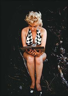 Marylin Monroe reading Ulysses by James Joyce by Eve Arnold, 1954 Marylin Monroe, Marilyn Monroe Fotos, The Misfits, James Joyce, Classic Hollywood, Old Hollywood, Stephane Audran, Duncan Grant, Norma Jeane