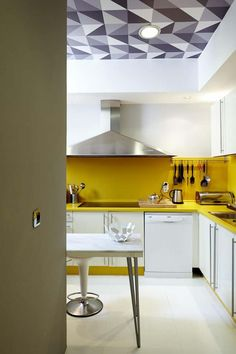 Don't forget about the ceiling in your next small modern kitchen redesign! This small kitchen has a funky tray ceiling with a modern geometric pattern, which goes wonderfully with the yellow accent colour and modern decor. Farmhouse Kitchen Decor, Home Decor Kitchen, Country Kitchen, New Kitchen, Closed Kitchen, Kitchen Ideas, Small Modern Kitchens, Small Apartment Design, Beautiful Kitchen Designs