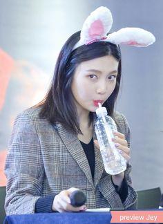 joy peeking at you and judging you Seulgi, Kpop Girl Groups, Kpop Girls, Asian Woman, Asian Girl, April April, Indie Singers, Middle Hair, Red Valvet