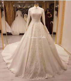 Yorumlarınızı bırakmayı unutmayın⚜️aşıkları çok fazla biliyoruz ⚜️ Bu seneye damgasını vuran ilk paylaşmak istediğimiz favori gelinliklerden biri ⚜️ Fiyat soruları sadece dm den cevaplanır Dressy Dresses, Modest Wedding Dresses, Bridal Dresses, Muslim Wedding Gown, Elegant Ball Gowns, Bridal Photoshoot, Marie, Wedding Dress Styles, Wedding Dress Simple