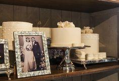 Decoração clássica para bodas de safira com detalhes em vitrais azuis e flores brancas.Vários bolos enfeitaram a estante. Fotos: Douglas Daniel