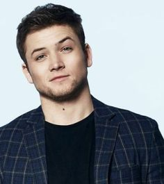 He is so perfect omg this sexy photo ughh Taronnnn you beautiful human being Eggsy Kingsman, Taron Egerton Kingsman, Pretty People, Beautiful People, Stylish Men, Men Casual, Star Wars, Attractive People, Celebs