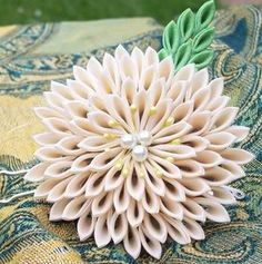 Creamy Chrysanthemum with green leaves with pearl centers . Cloth Flowers, Diy Flowers, Fabric Flowers, Japanese Textiles, Japanese Fabric, Japanese Kimono, Japanese Flowers, Japanese Things, Fabric Crafts