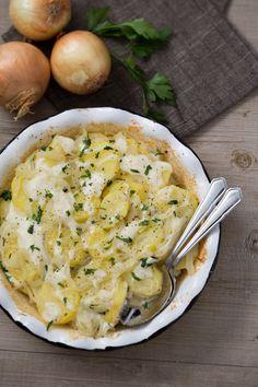 Patate alla lionese: un contorno ricco e sostanzioso a base di patate e cipolle, con in più il profumo del prezzemolo e la cremosità della besciamella.   Lyonnaise potatoes