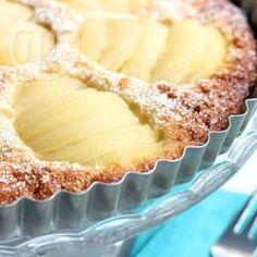 Mandel-Birnen-Tarte (Glutenfrei und Laktosefrei) - Eine klassische Birnentarte mit Mandeln wird hier mit ein paar Abwandlungen glutenfrei und laktosefrei gemacht. Gesüßt wird mit Ahornsirup, also kein Raffinadezucker.@ de.allrecipes.com