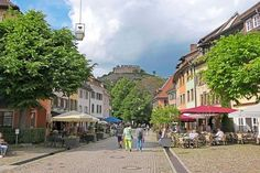 Zwischen Schwarzwald und Rheintal liegt das Markgräflerland – ein kleines Paradies mit schönen Dörfern, traditionsreichen Badeorten, guten Weinen und ganz besonderen Stimmungen. Bericht über eine Mobil-Tour der genussvollen Art.