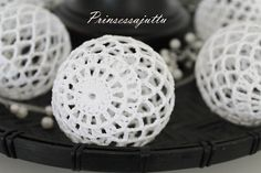 Not sure what language this is in, but inspiration anyway Filet Crochet, Crochet Stitches, Knit Crochet, Crochet Patterns, Crochet Ball, Crochet Home, Crochet Christmas Ornaments, Christmas Baubles, Crafts To Do