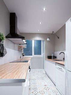 Cocina con ventana y muebles en blanco y madera