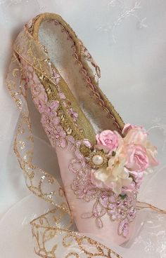 Pink and Gold decorated pointe shoe. Sugar Plum by DesignsEnPointe Pink and Gold decorated pointe shoe. Sugar Plum by DesignsEnPointe Ballet Tutu, Ballerina Shoes, Ballet Shoes, Ballet Dancers, 12 Dancing Princesses, Fairy Shoes, Shoe Crafts, Decorated Shoes, Ballet Photography