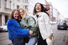 Wir erinnern uns zurück: Vor  einer Woche endete in Berlin die Fashion Week. Dieser Street Style von den Girls aus dem Wald Store ist deshalb als #TBS (Throwback Saturday) zu verstehen. Und alle Denim-Teile der drei stammen von Levi's.