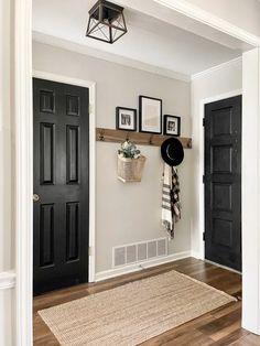 Entryway Wall Decor, Entryway Hooks, Foyer, Deco Design, Wall Decor Design, Condo, Small Entryways, Minimalist Home Decor, Diy Home Decor