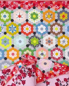 My Pandemic Quilt - Grandmother's Flower Garden Quilt | © Red Pepper Quilts 2020 Hexagon Quilt, Hexagons, Colorful Quilts, Windham Fabrics, How To Finish A Quilt, Quilt Festival, English Paper Piecing, Floral Fabric, Machine Quilting